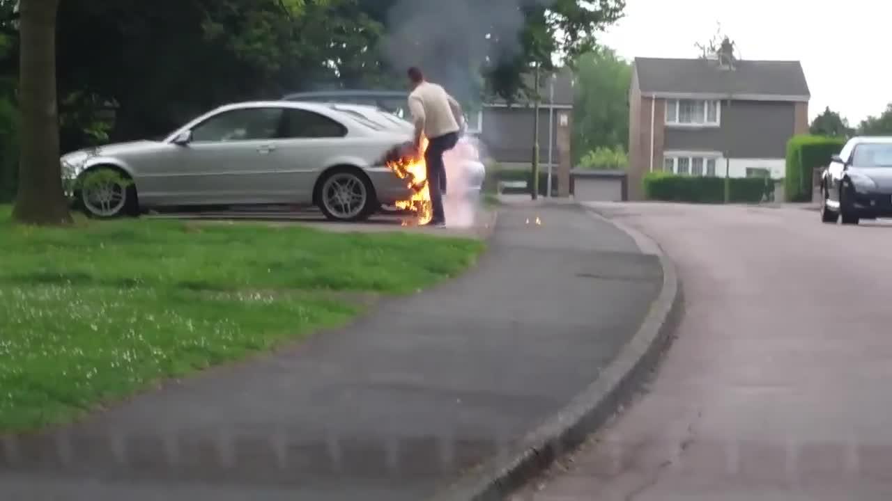 Chủ xe BMW dập lửa bằng cách… thổi, đạp vào xe và cái kết đắng