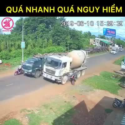 Xe bồn va chạm với xe máy trên đường