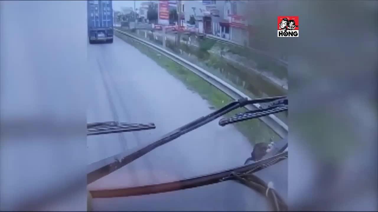 Vài giây thót tim của người đàn ông cố vượt xe container và cú ngã đầy may mắn