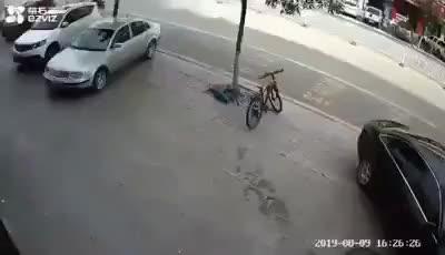 Thấy cậu bé trượt ngã khi đang đi xe điện tự cân bằng, người đàn ông bỏ lái chạy theo