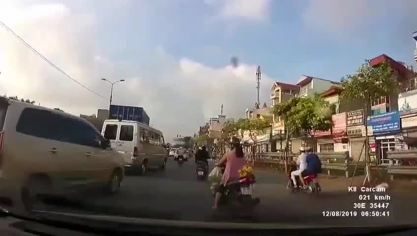 CLIP: Người phụ nữ ngã nhào xuống đường, tài xế xuống dựng xe giúp nhưng vô tình gây họa