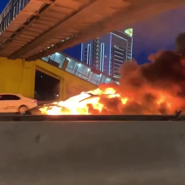 Xe Tesla nổ lớn 2 lần liền ngay sau khi xảy ra tai nạn