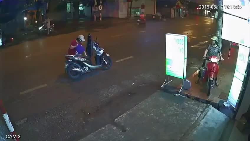 Dừng xe giữa đường mặc áo mưa, cả hai mẹ con bị đâm ngã