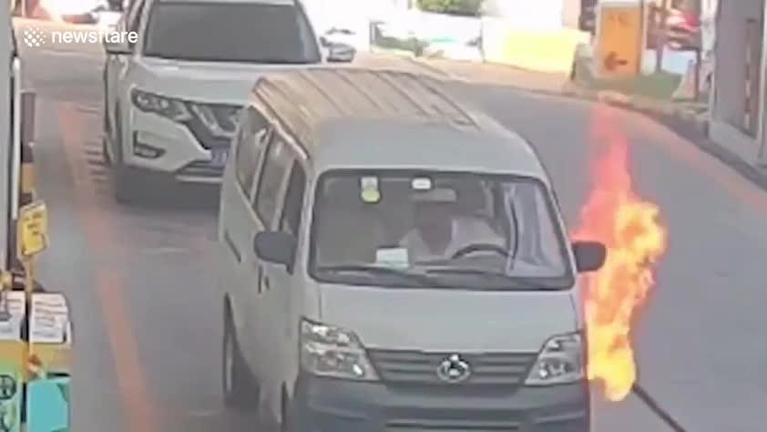 ôtô bùng cháy khi đổ xăng, tài xế nhảy khỏi xe thoát chết