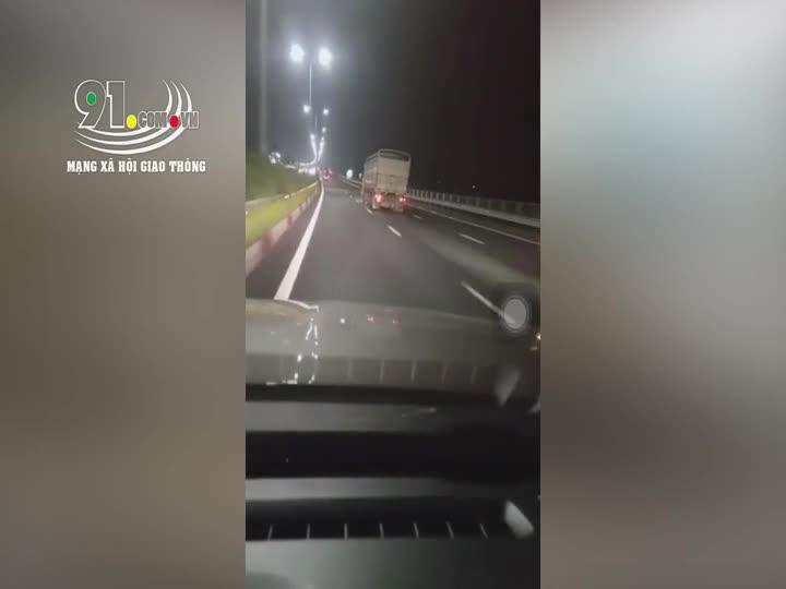 Khoảnh khắc xe tải lật nghiêng giữa quốc lộ sau khi đánh lái bất ngờ xin vượt