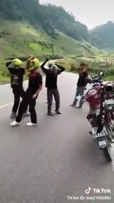 Nhóm phượt thủ bật nhạc nhảy giữa đường, hình ảnh xe tải phóng qua khiến tất cả hoảng sợ