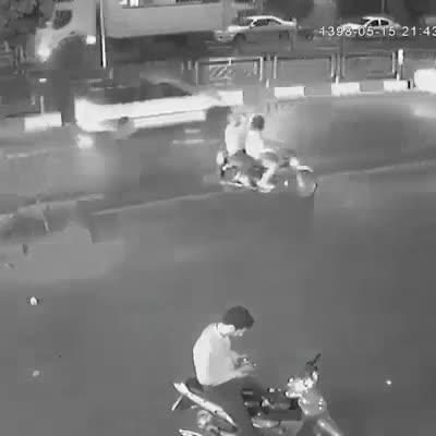 Giật điện thoại không thành còn quay lại rút dao dọa, tên cướp bị người đàn ông cà khịa