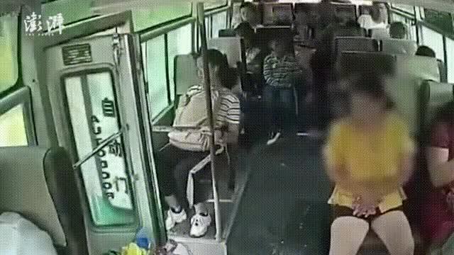 Xe khách đang chạy nhưng không đóng cửa, nữ hành khách bất ngờ nhảy xuống thiệt mạng