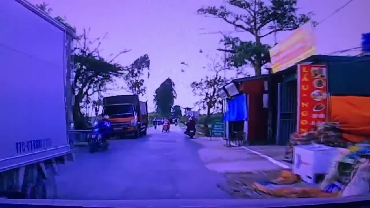 Hồn nhiên xuống xe giữa đường, hành động sau đó của cô gái khiến cặp vợ chồng suýt lao xuống ao