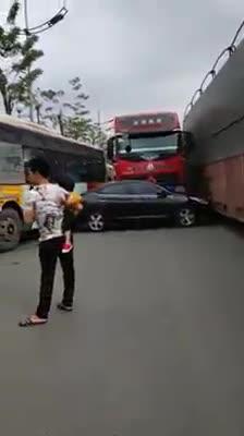 4 xe va chạm để lại hiện trường hiếm thấy