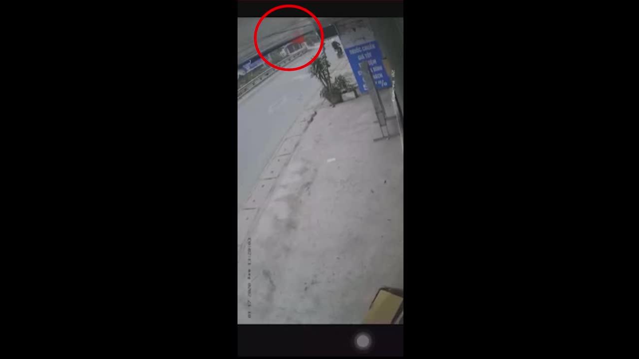 Hình ảnh từ clip cho thấy barie được mở lên khi đoàn tàu chuẩn bị đi qua. Gần 10 giây sau, chiếc xe tải lao đến đúng lúc tàu hỏa đi tới. Hai phương tiện xảy ra va chạm mạnh.
