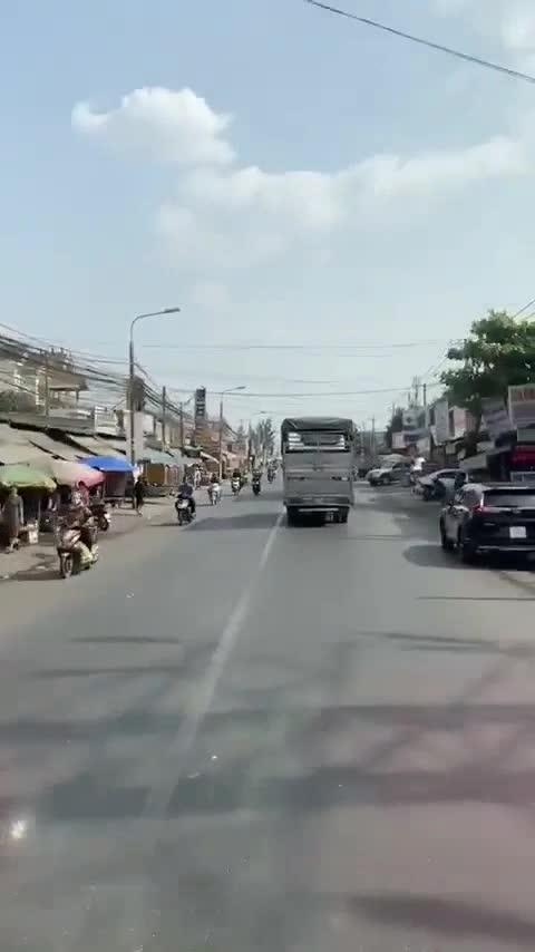 Xe cứu hoả hú còi, bắc loa thông báo liên tục, tài xế xe tải vẫn không nhường đường