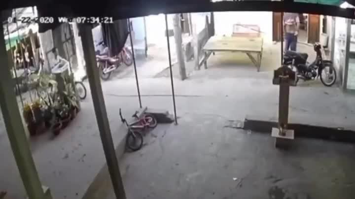 CLIP: Bốc đầu xe máy, chàng trai tông đổ bàn thờ thiên của người dân và cái kết khiến tất cả chờ đợi