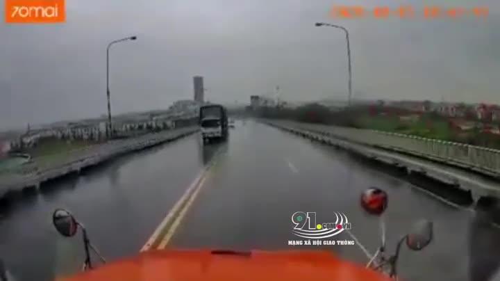 Khoảnh khắc xe 4 chỗ đối đầu xe container trên Cầu Bính