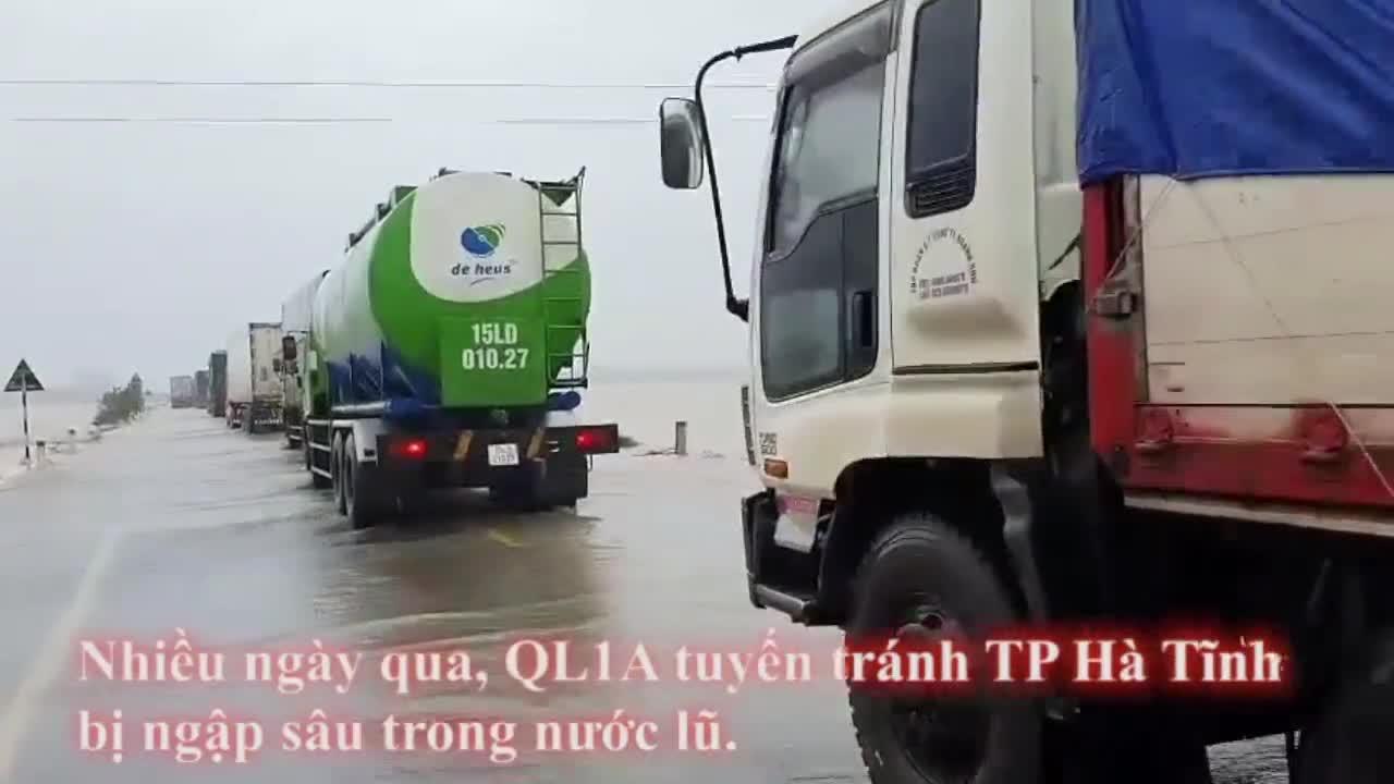 Video đoàn dài xe nối đuôi nhau bò qua nước lũ chảy xiết trên quốc lộ 1A tuyến tránh thành phố Hà Tĩnh