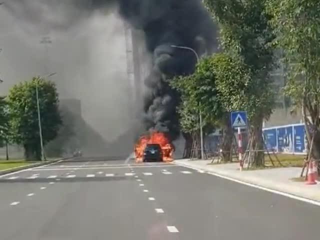 Mercedes GLS bất ngờ bốc cháy tại Vinhomes, cư dân mạng tiếc nuối 'Thế là đi toi năm củ tỏi'