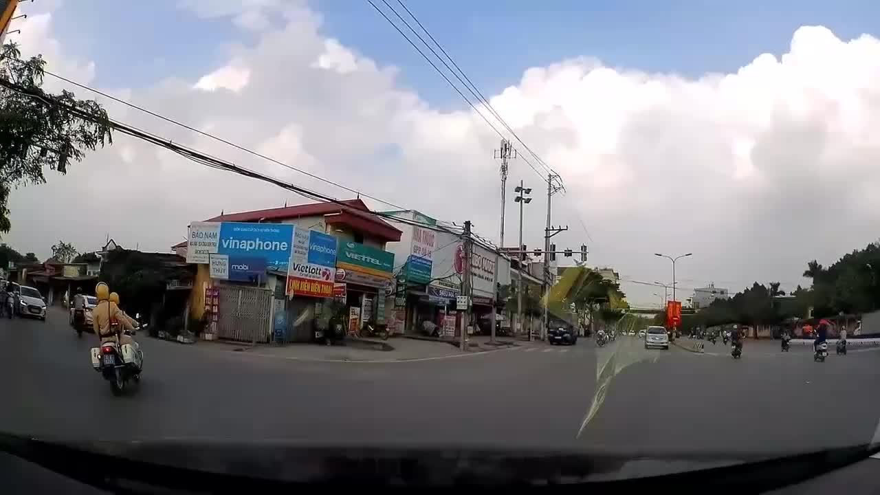 Ô tô đánh lái đi vào làn ngược chiều bị CSGT ra hiệu lệnh dừng xe
