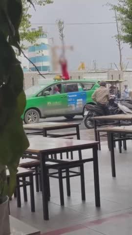 Thanh niên trèo lên nóc taxi giẫm thình thịch, tài xế và khách hoang mang không dám can