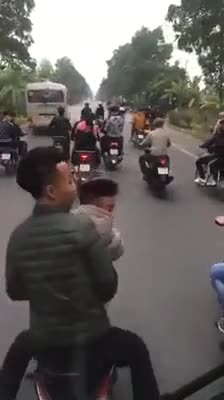 Nhóm thanh niên chạy xe dàn hàng ngang, cản trở giao thông