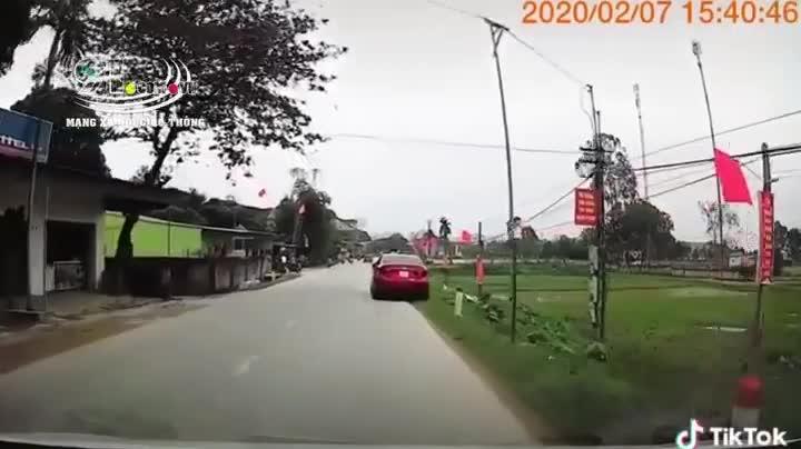 Phóng xe tốc độ bàn thờ, 2 thanh niên đâm bay gương ô tô và cái kết ê chề dưới rãnh thoát nước