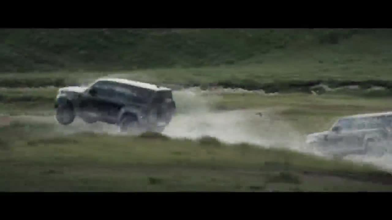 Land Rover Defender 2020 thể hiện tài bay lượn như chim trong trailer mới của phim 007
