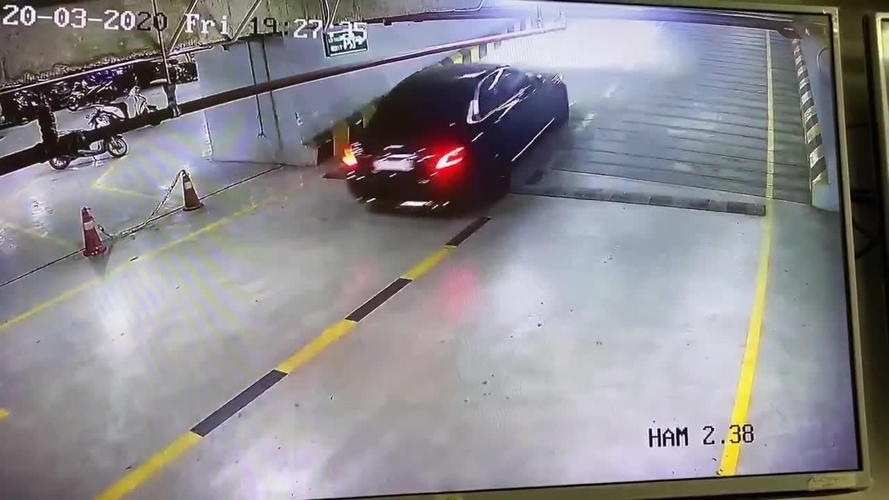 Tình huống chiếc xe Mercedes lái ngược chiều trong hầm để xe