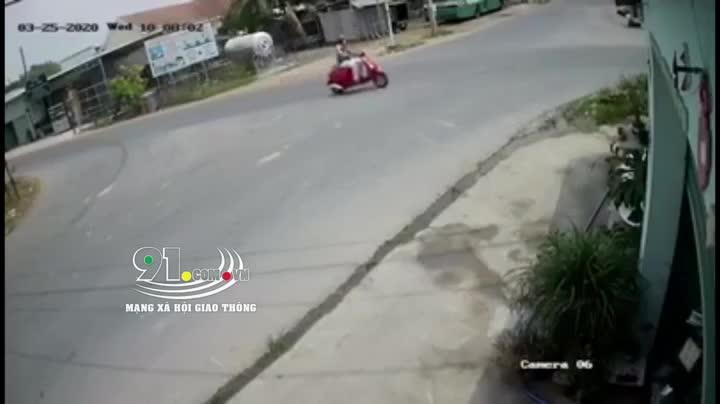 """Khoảnh khắc xe tải lao """"tốc độ bàn thờ"""" qua giao lộ khiến cô gái bị đâm kinh hoàng"""
