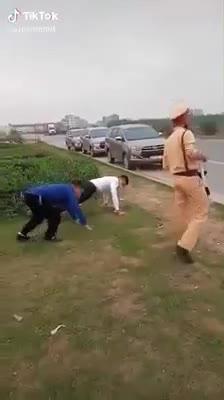CSGT phạt tài xế chống đẩy giữa đường vì không đeo khẩu trang phòng chống dịch bệnh