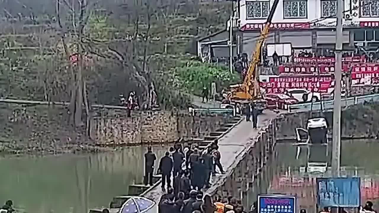 Mới lấy bằng 10 phút, người đàn ông Trung Quốc lao thẳng ô tô xuống sông