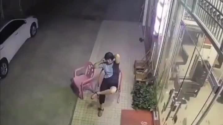 Đang hóng gió phải chạy vội vì ô tô lao tới, người phụ nữ vẫn bị đâm kinh hoàng