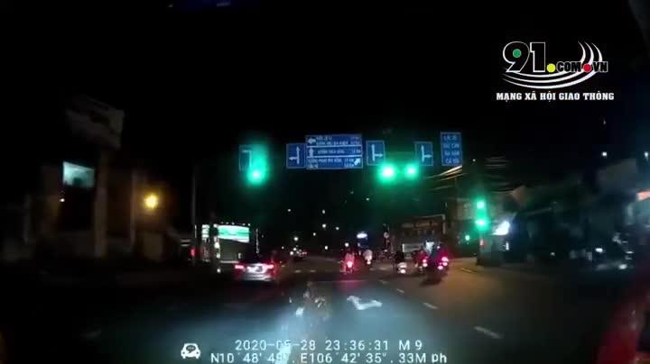 Người phụ nữ bị ô tô húc bay vì vượt đèn đỏ khi chạy qua ngã tư
