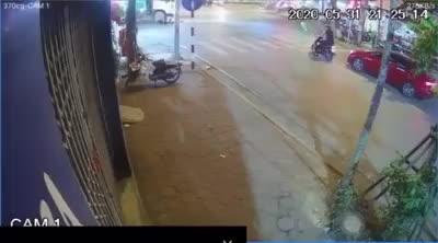2 cô gái đi xe máy va chạm với xe môi trường