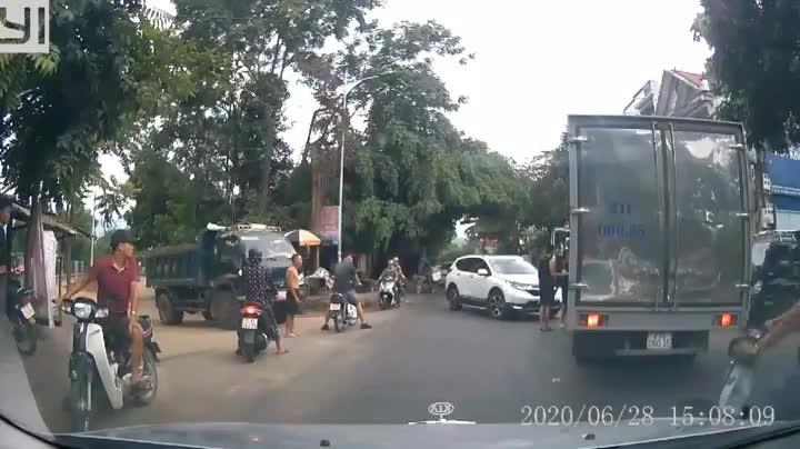 Người đàn ông áo đen kéo tài xế xe tải xuống đường để đánh