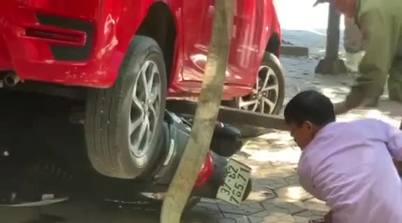 Video xe ô tô 4 chỗ mất lái lùi đâm tùa 3 xe máy và làm vỡ kính trung tâm Anh ngữ ở Nghệ An
