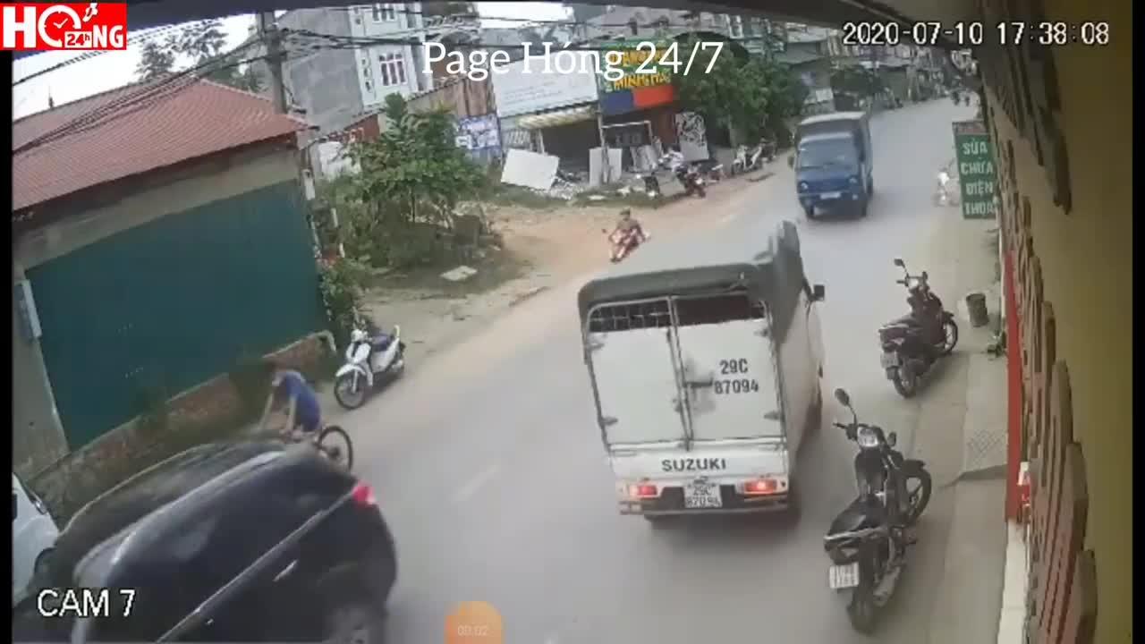 2 xe tải đối đầu trực diện, ủn người phụ nữ đi xe máy một đoạn dài