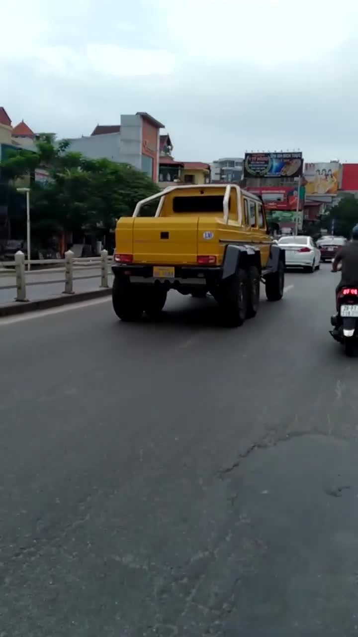 Mercedes-Benz G63 AMG 6x6 lăn bánh trên đường phố Hà Nội