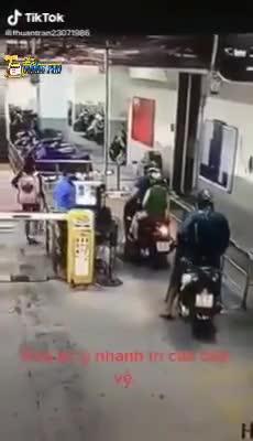 Ngã bổ nhào vì phóng xe máy đâm gãy thanh chắn, thanh niên vội chạy thục mạng trốn bảo vệ