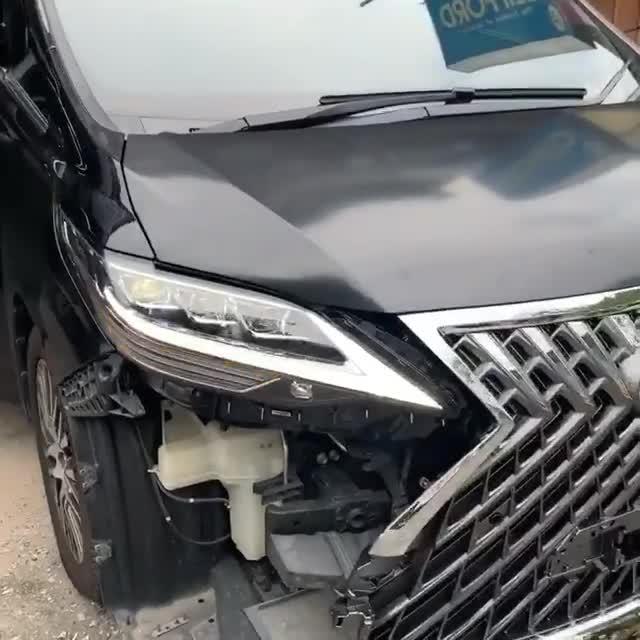 Toyota Alphard trong quá trình ráp linh kiện Lexus LM sang