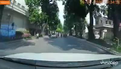 """Tạt đầu ô tô, nữ """"ninja"""" có pha lộn vòng thót tim ngay giữa ngã tư"""