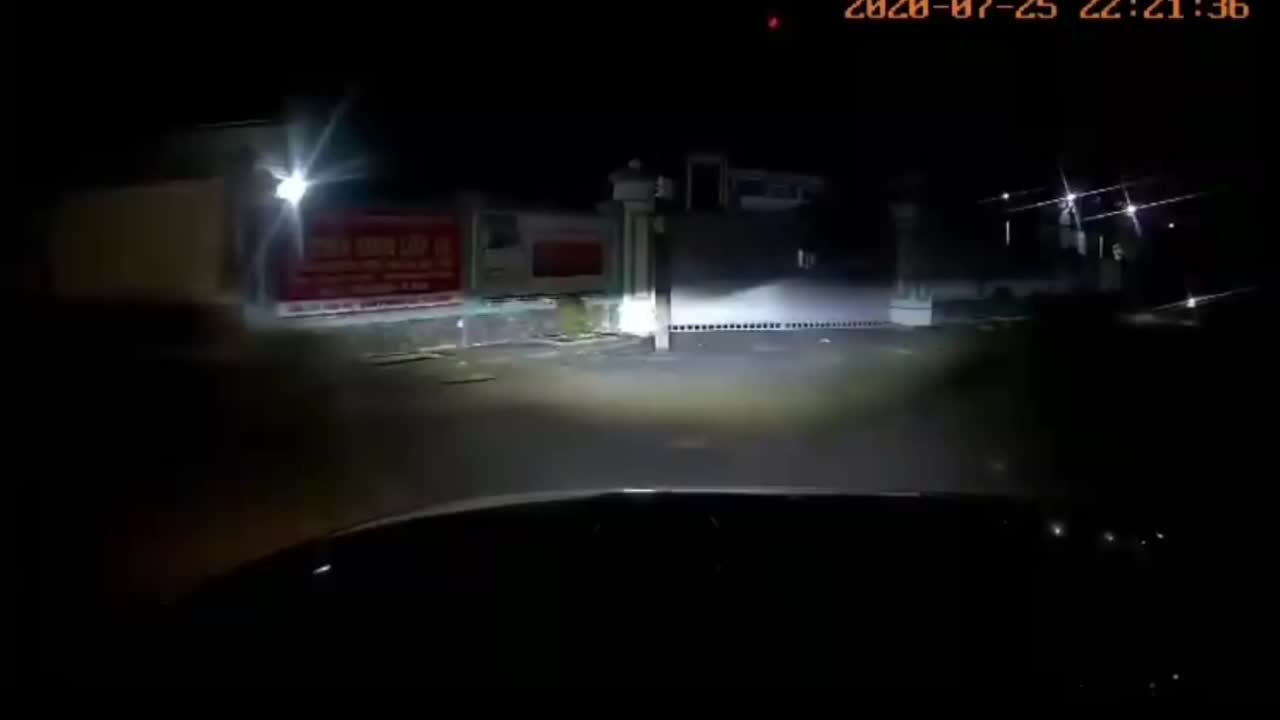 Người đàn ông chạy xe máy, bỗng nổi giận vứt xe trước đầu ô tô rồi bỏ đi