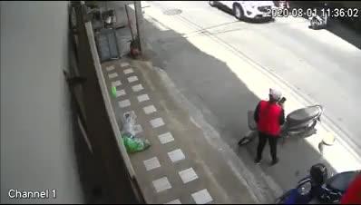 Nam thanh niên lao tới người phụ nữ định giật điện thoại thì bị trượt chân