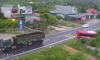 Chạy ẩu, xe kéo ép xe khách lao xuống vệ đường