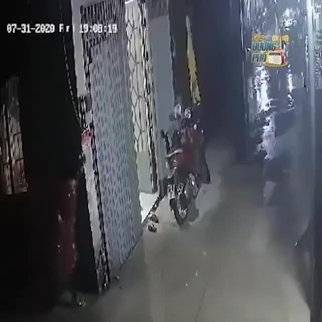 Chật vật trộm xe máy dưới trời mưa, thanh niên vứt xe bỏ chạy thục mạng vào phút chót