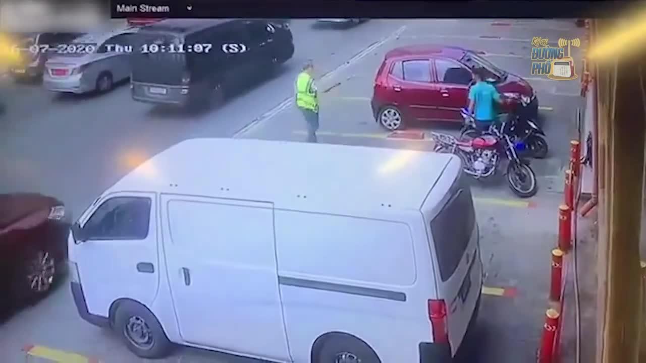 """Đứng ở điểm """"chết người"""", người đàn ông giật mình khi thấy chiếc ô tô đâm kinh hoàng sau lưng"""