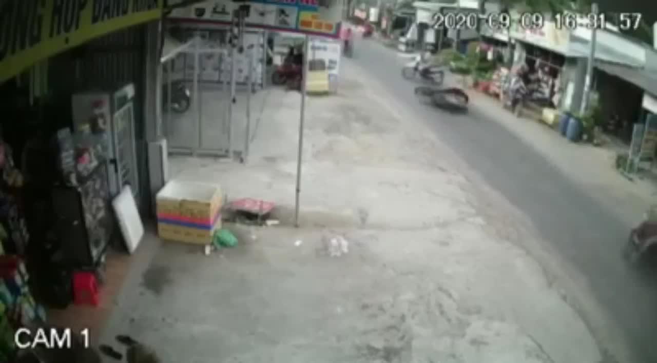 2 xe phía sau rủ nhau ngã dúi dụi vì một người sang đường tùy hứng