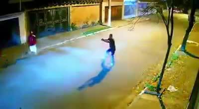 CLIP: Tên cướp bị ô tô đâm kinh hoàng khi đang giơ súng dọa bắn giữa đường