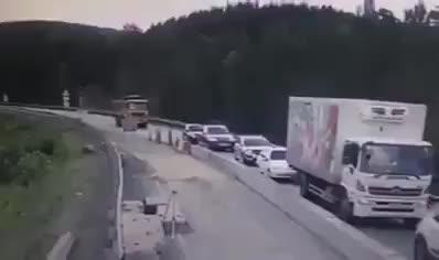 Xe tải mất lái phóng như bay tông liên hoàn nhiều xe, ít nhất bốn xe con nát vụn