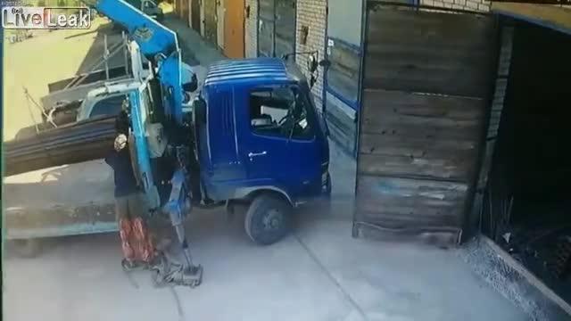 Người đàn ông liều mình 'đỡ' chiếc xe tải bị lật