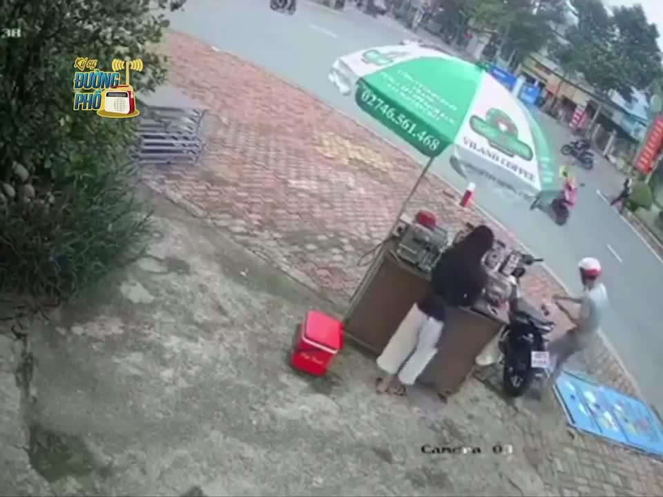 Mua cà phê xong, người đàn ông bị dàn cảnh trộm xe máy, người bán ngơ ngác vì sự việc xảy ra quá nhanh