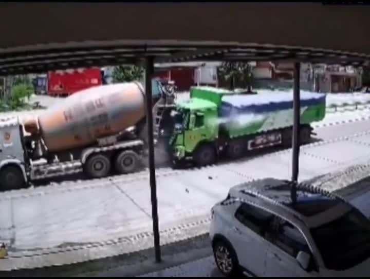 Xe con bị dồn toa giữa xe hai xe tải lớn và cái kết khiến ai cũng phải thốt lên :'Không thể tin được'